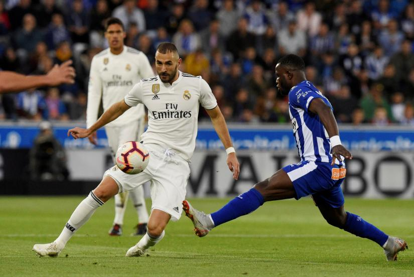 Real Madrid`s Karim Benzema in action with Alaves` Mubarak Wakaso REUTERS/file photo