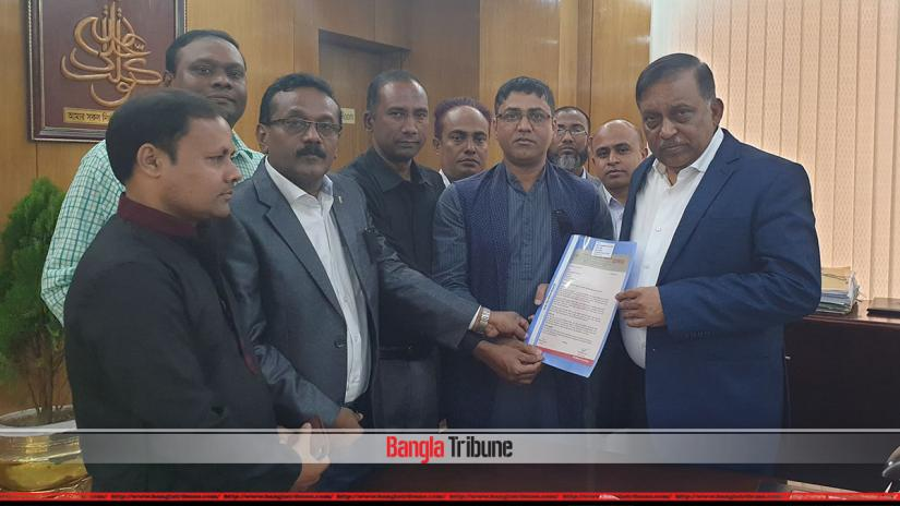 Home Minister Asaduzzaman Khan Kamal receiving the memorandum from a Dhaka Reporter's Unity delegation on Monday (Feb 11).