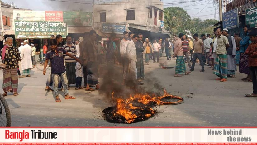 Workers put fire on tyres at a demo in front of Khulan`s Khalishpur Jute Mill on Tuesday (Dec 3)