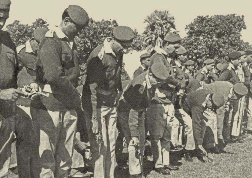 Pakistani soldiers surrendering on Dec 16, 1971 at Suhrawardy Udyan.